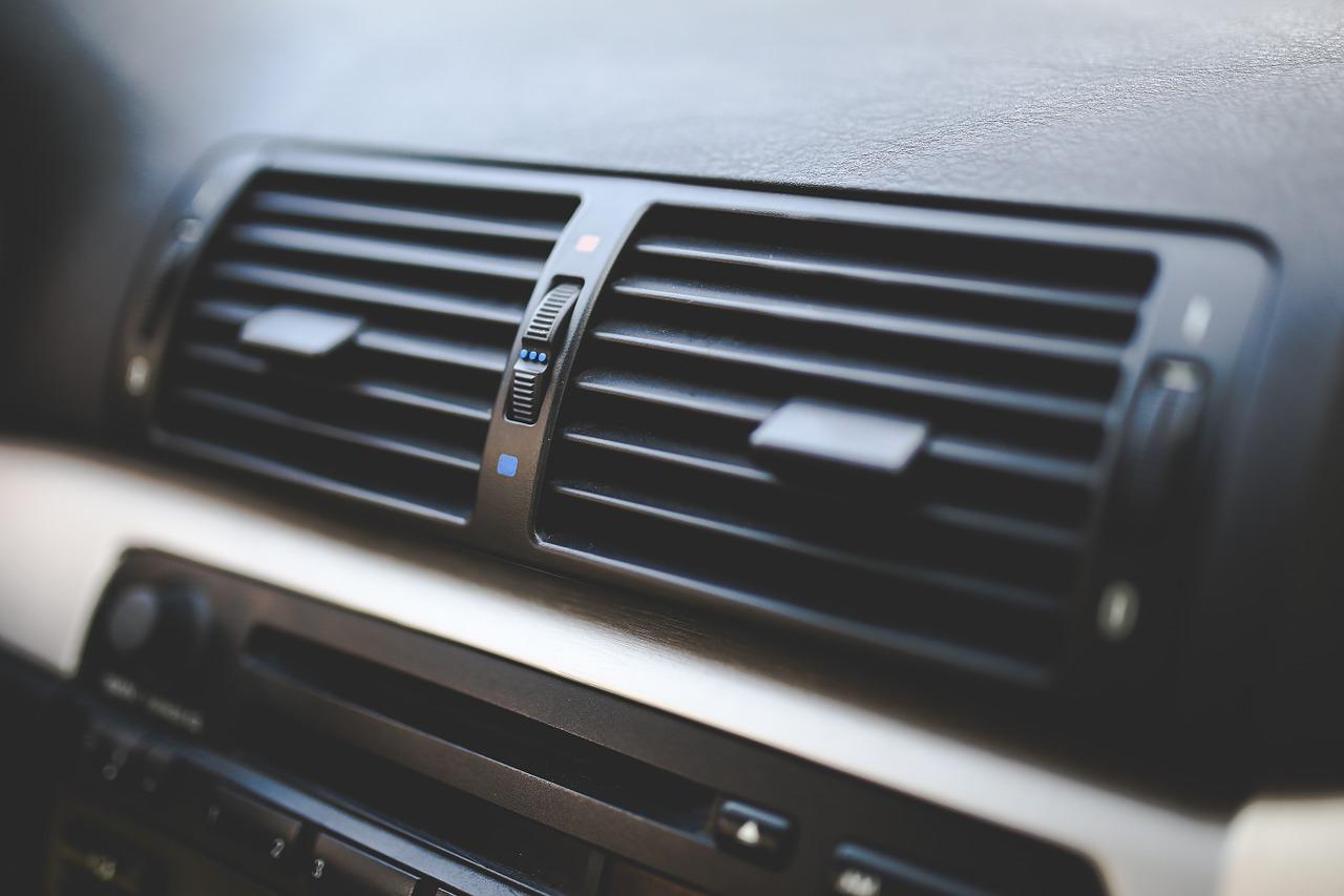 これでスッキリ!!エアコンの「すっぱい」匂いがしたらエアコンフィルターを交換